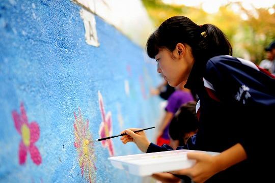 花を描く生徒さんの画像