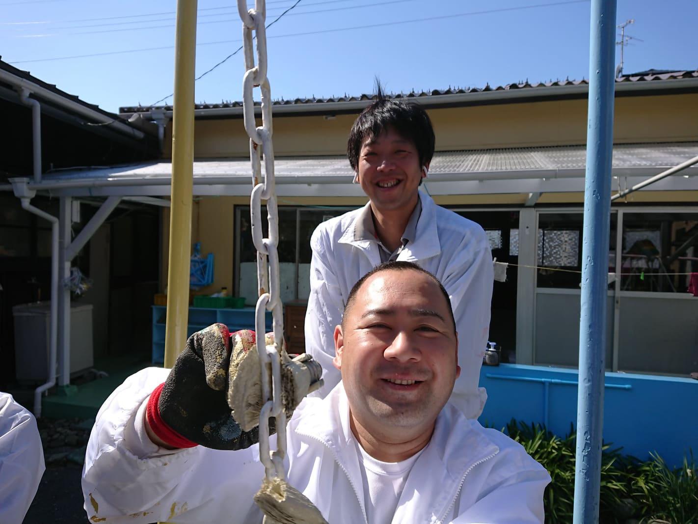 写真:活動中のメンバー2人