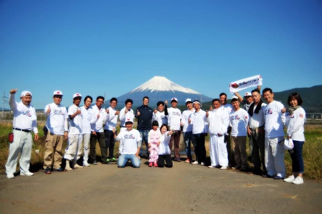 写真:快晴の空のした富士山を背景に塗魂参加者で集合写真